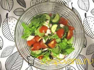 Салат из помидор с рукколой